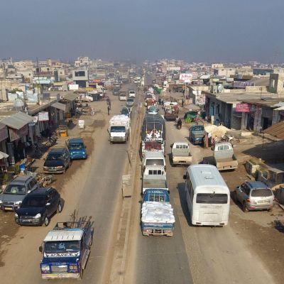 Syyrialaisia pakenemassa Hazanosta, joka sijaitsee noin 20 kilometriä luoteeseen Idlibistä.