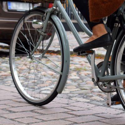 Fötterna av en cyklist.
