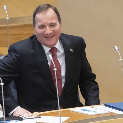 Stefan Löfven fotograferad när han nyss blivit vald till statsminister för sin andra mandatperiod den 18 januari 2019. Löfven är omringad av andra svenska politiker i den svenska riksdagen.