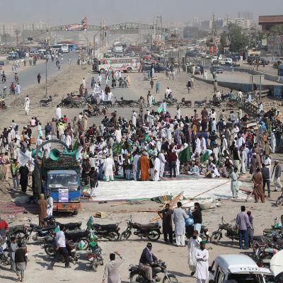 Pakistanilaisen ääriliikkeen Tehreek-e-Labaikin kannattajien tiesulku Karachissa.