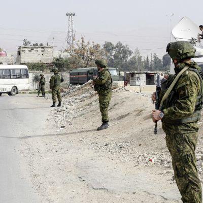 Venäläiset sotilaat partioivat Wafideenin tarkastuspisteellä Damaskoksessa.