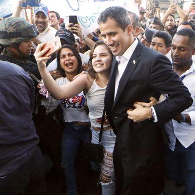 Juan Guaidó tapasi venezuelalaisia Salinasissa Ecuadorissa 2. maaliskuuta.