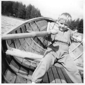 Juha Hurme soutaa lapsena puuveneellä
