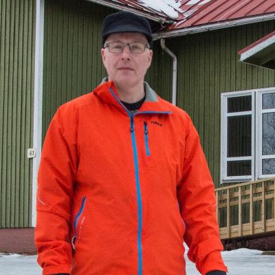 Henrik Ingo framför ungdomslokalen i Skatila