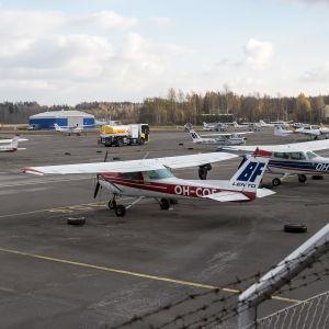 Flygplan på Malms flygplats på en klar dag.