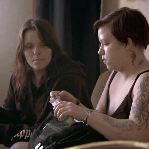 Äiti ja Pinja ottavat yhdessä lääkkeitä sohvalla