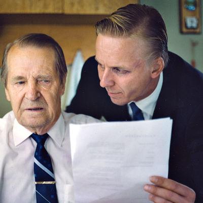 Veikko Aaltosen ohjaama Juoksuhaudantie on tarina suomalaisesta unelmasta ja pakkomielteen riivaamasta miehestä.