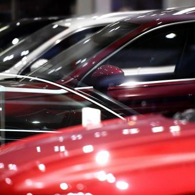 Autoja autoliikkeessä.