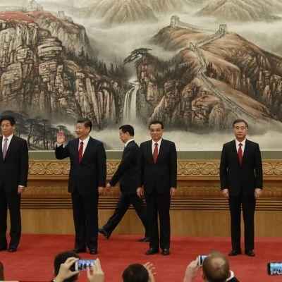 Kiinan politbyroon pysyväiskomitean jäsenet marssivat lehdistön eteen Pekingissä 25. lokakuuta.
