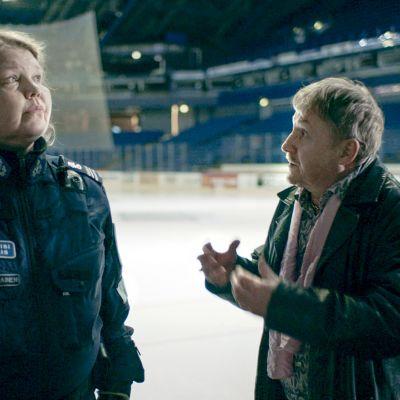 Kotimaisen draamasarjan päärooleissa  Kaarina Hazard ja Allu Tuppurainen.