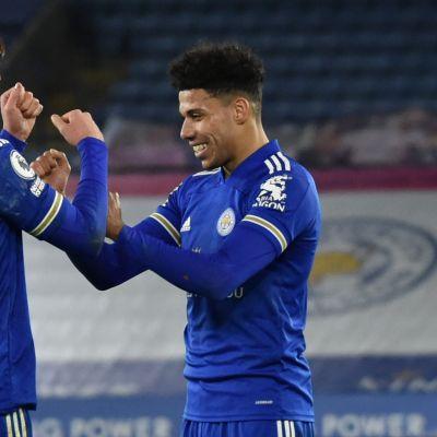 Leicesterin Harvey Barnes ja James Justin juhlivat maalia.