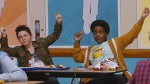 Thor och Lucas dansar loss i skkolmatsalen.