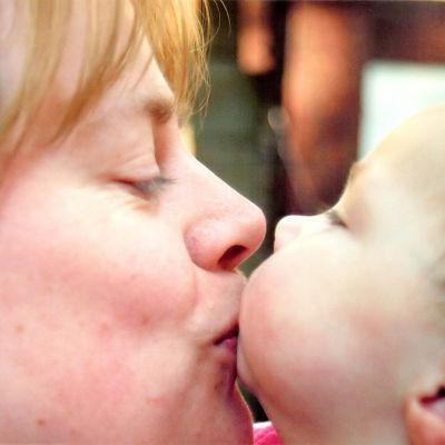 Äiti pussaa poikaansa
