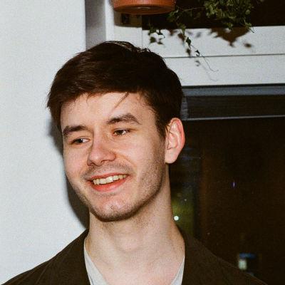 ruskeahiuksinen mies hymyilee