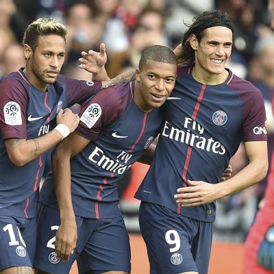 Neymar, Kylian Mbappé och Edinson Cavani spelar fotboll för PSG.