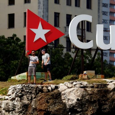 Kaksi turistia otti valokuvan Kuuba-installaation vierellä marraskuussa 2018. ERNESTO MASTRASCUSA