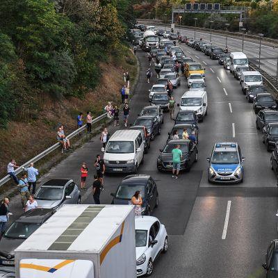 Autojonoja moottoritiellä Berliinissä.
