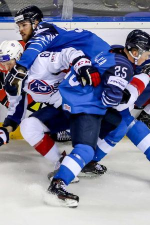 En tilltrasslad situation vid sargen i matchen Finland-Frankrike.