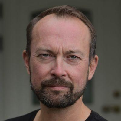 Porträtt av Mikael Svarvar.