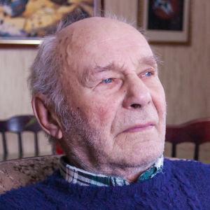 Arvid Lindqvist sitter i sin soffa.