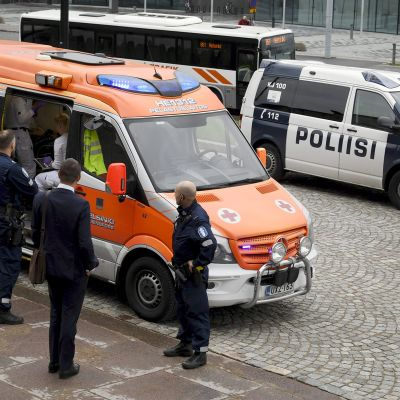 Poliiseja ja ambulanssi eduskunnan edustalla Helsingissä perjantaina.