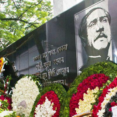 Kukkalaitteita Sheikh Mujibur Rahmanin muistojuhlassa Dhakassa.