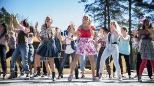 En bild på karaktärer som dansar i musikalen Footloose på Raseborgs sommarteater