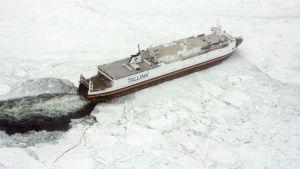 Tallinks passagerarfärja fastnade i isen i mars 2010.