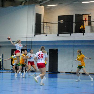 EN HIFK spelar skjuter ett hoppskott.