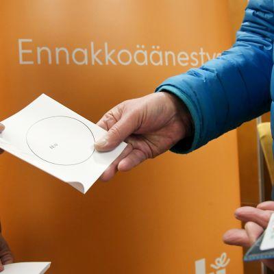 Ennakkoäänestystä Postitalolla Helsingissä 3. huhtikuuta.