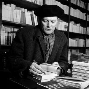 Harry Martinson skriver dedikationer i Vägen till Klockrike (1948)