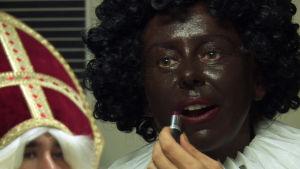 Sunny Bergman maalaa kasvonsa mustiksi