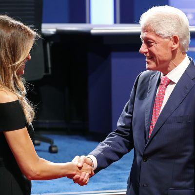 Myös Melania Trump ja Bill Clinton kättelevät ennen ensimmäistä presintenttiväittelyä 2016.