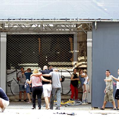 Auto ajoi väkijoukkoon lähellä Placa Catalunya -aukiota Las Ramblasilla Barcelonassa.