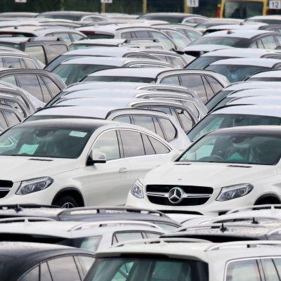 Saksalaisen Mercedes Benzin autoja Bremenhavenin satamassa Saksassa.
