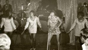 Tina Turner med The Ikettes på en klubbspelning i Los Angeles år 1968