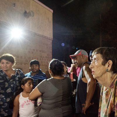 ihmiset jonottavat evakuointikeskuksena toimivaan kouluun  Pohjois-Carolinan Wilmingtonissa.