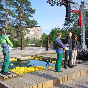 Alf och Ragnhild agerar lottdragare i pausen till Raseborgs sommarteaters pjäs En midsommarnattsdröm