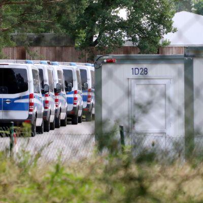 Poliisiautoja ja parakkeja