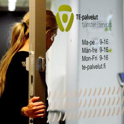 Henkilö menossa työvoimatoimistoon Helsingissä
