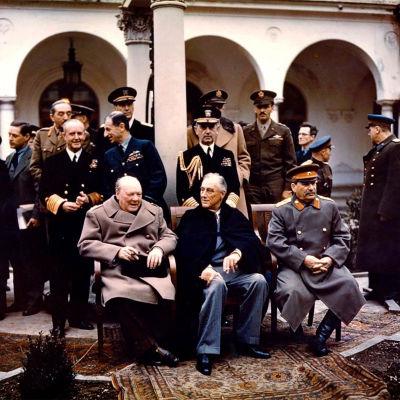 Ledarna Churchill, Roosevelt och Stalin sitter brevid varandra.