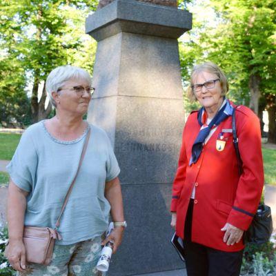 Ingalill Tuomolin och Kirsti Sund framför Johannes Linnankoskis staty