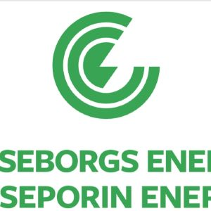 En grönvit logotyp med texten Raseborgs energi Raaseporin energia samt en rund symbol