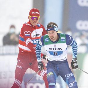 Aleksandr Bolsjunov försöker slå Joni Mäki med sin stav.