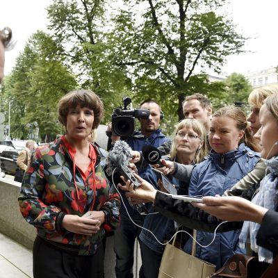 Liikenne- ja viestintäministeri Anne Berner ja Veturimiesten liiton puheenjohtaja Tero Palomäki tapasivat toimittajia  liikenne- ja viestintäministeriön edustalla keskiviikkona 23. elokuuta.