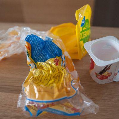 Elintarvikemuovipakkauksia pöydällä