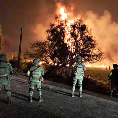 Meksikolaisia sotilaita vartiossa onnettomuuspaikan lähellä.