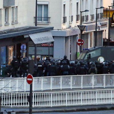 Fransk specialstyrka stormar den butik i Paris där ett gisslandrama pågick efter två dagar efter massakern på Charlie Hebdo.