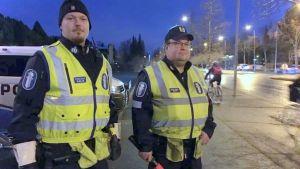 Trafikpoliserna Ari Jussila och Juha Husari från Österbottens polisinrättning övervakar morgontrafiken.