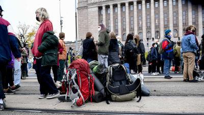Demonstranter och deras ryggsäckar på Mannerheimvägen.